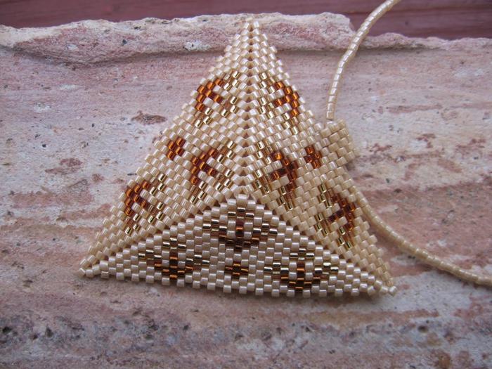 Сплести из бисера по схемам объемный треугольник. сплести из бисера (700x525, 319Kb) .