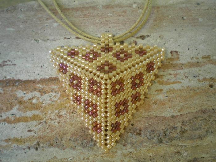 Сплести из бисера по схемам объемный треугольник. сплести из бисера(700x525, 309Kb) .