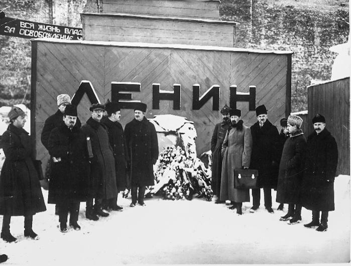 Троцкий, Молотов и подельники. Фото у мавзолея. (700x530, 133Kb)