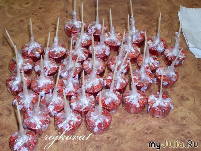 Ягоды из конфет своими руками