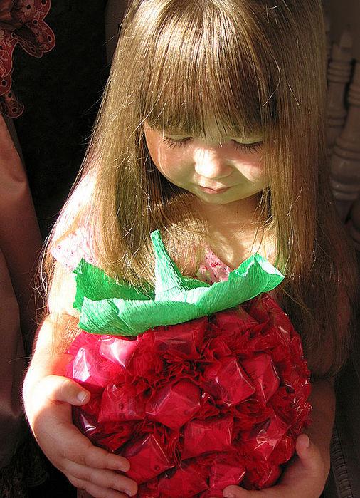 ягода из конфет (1) (506x700, 114Kb)