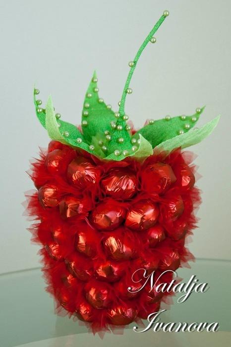 ягода из конфет (9) (466x700, 76Kb)