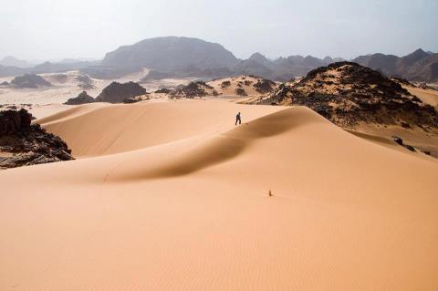 Песчаные дюны у подножия Тадрарт-Акакус, Западная Ливия (480x319, 14Kb)
