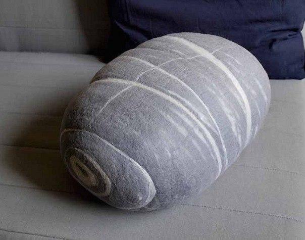 Войлочные подушки-камни.