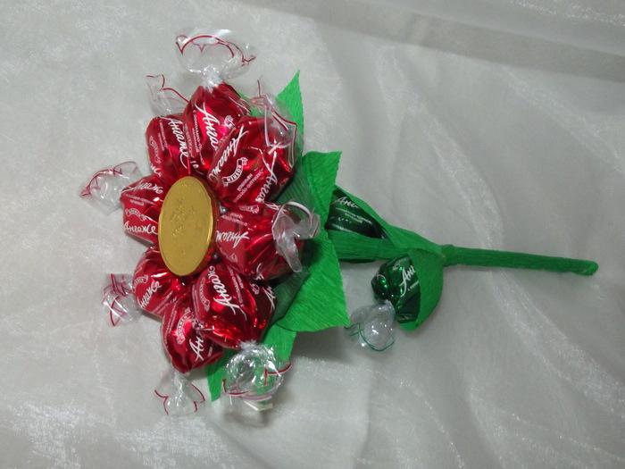 Подарок своими руками из конфет букет
