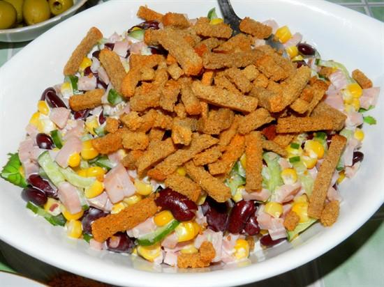 Салат из фасоли и кукурузы с сухариками рецепт