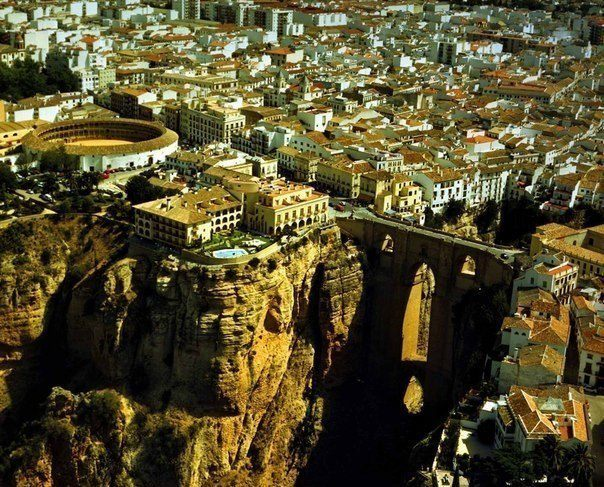 Город Ронда находится на высоте около 1000 метров и стоит по берегам ущелья 100-метровой глубины, Испания (604x487, 101Kb)