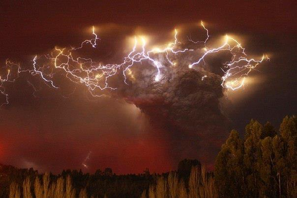 Молнии на фоне извергающегося вулкана Пуйеуэ, Чили (604x403, 31Kb)