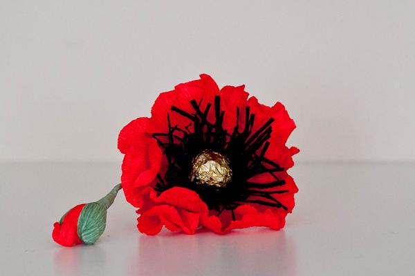 Цветок мака из конфет