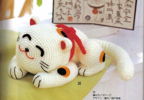 спящий японский кот вязаный
