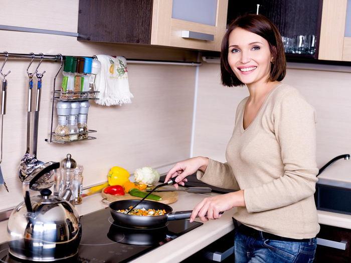 женщина на кухне (700x525, 63Kb)