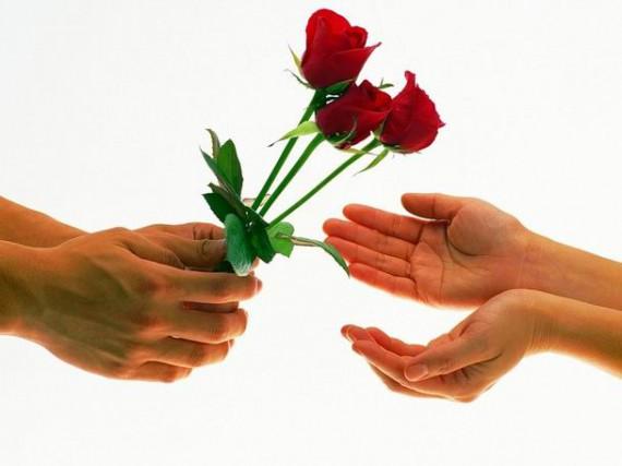 Парень дарит девушке тюльпаны фото
