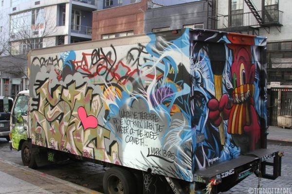 Грузовики и минивены с граффити на улицах Нью-Йорка