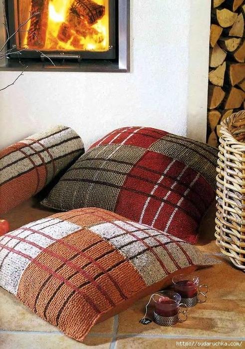 Вязание спицами: подушки Клетчатые напольные и валик под голову.