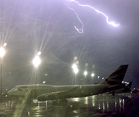 Молния попала в самолёт с итал.сборной (280x236, 46Kb)