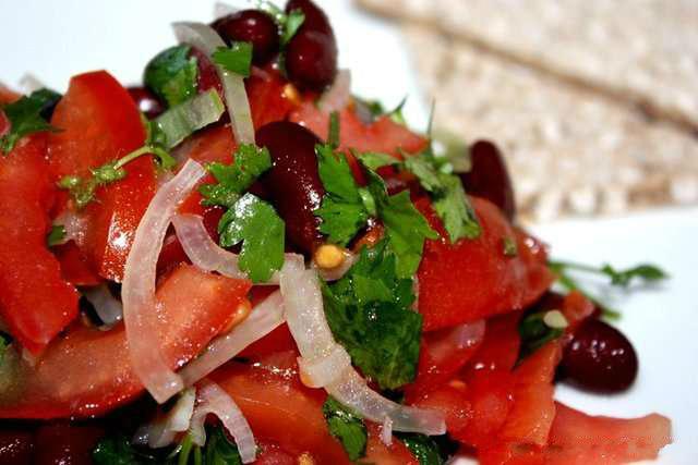 Салат с помидорами и красной фасолью