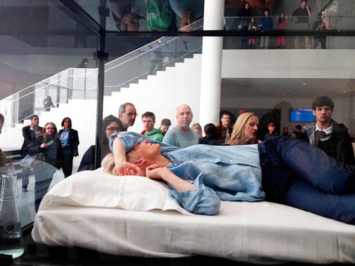 Tilda Swinton спит в музее 1 (690x518, 75Kb)