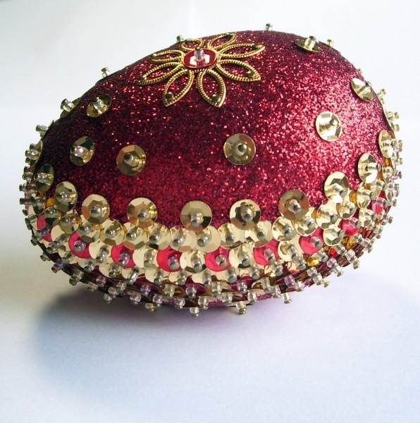 На этот раз красное с золотым, классические королевские цвета.  Получится у нас Королевское Пасхальное яичко...
