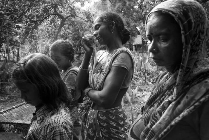 1. Жители семьи Хо оплакивают смерть ребенка в деревне (700x469, 105Kb)