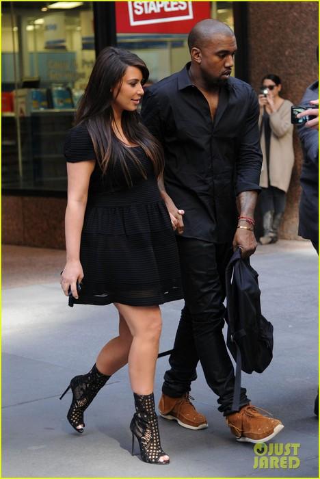 kim-kardashian-kanye-west-rushed-by-fan-wanting-photo-11 (468x700, 79Kb)