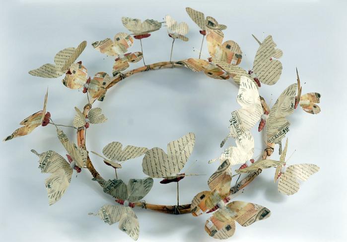 Венки с бабочками из газет, нотных и книжных страниц. Винтажные идеи (3) (700x487, 172Kb)