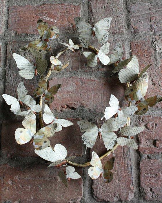 Венки с бабочками из газет, нотных и книжных страниц. Винтажные идеи (6) (559x700, 120Kb)
