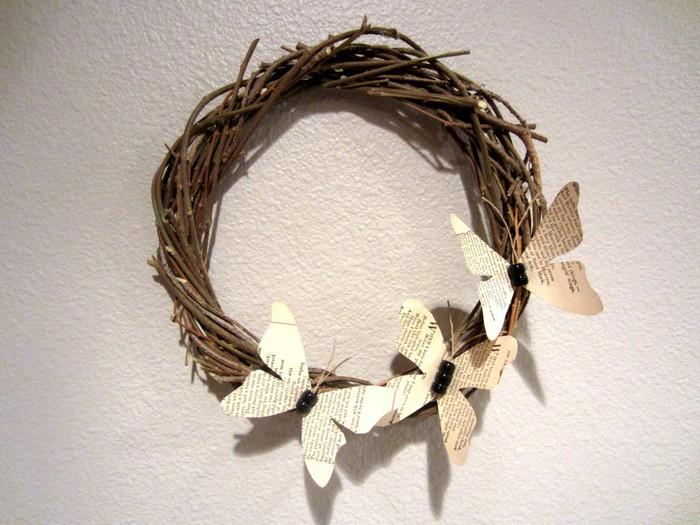 Венки с бабочками из газет, нотных и книжных страниц. Винтажные идеи (21) (700x525, 103Kb)