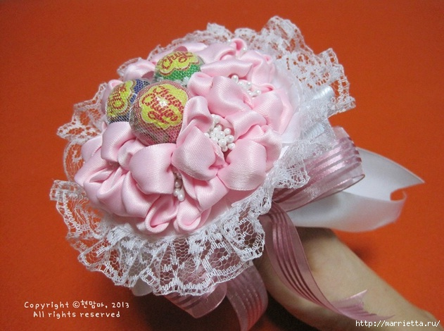 нежный конфетный букетик из атласных лент и кружев (3) (631x470, 182Kb)