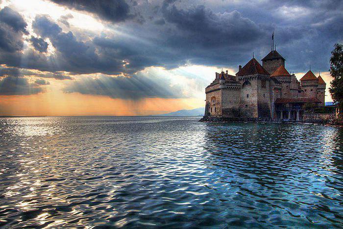 Замок Шийон ( фр Château de Chillon), известный в русскоязычной литературе как Шильонский замок, расположен на Швейцарской Ривьере, у кромки Женевского озера, в 3 км от города Монтрё (700x467, 83Kb)
