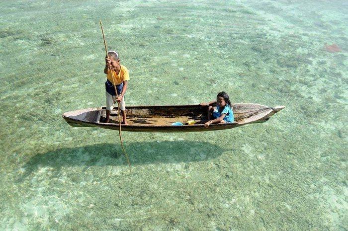 Кристально чистое озеро. Сабах, Малайзия (700x465, 98Kb)