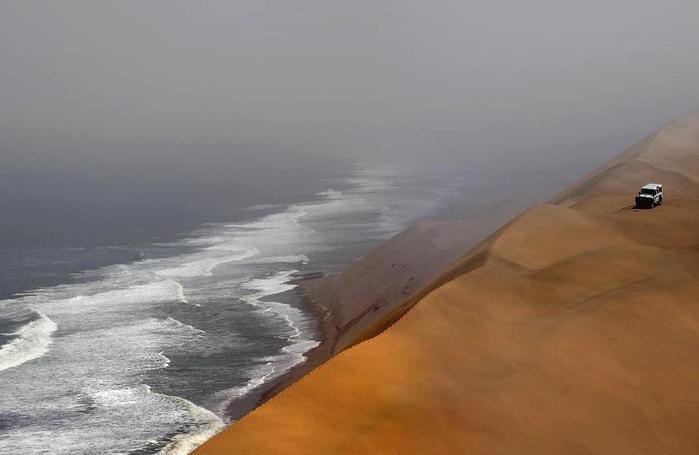 Пустыня Намиб и Атлантический океан, Намибия (700x455, 25Kb)
