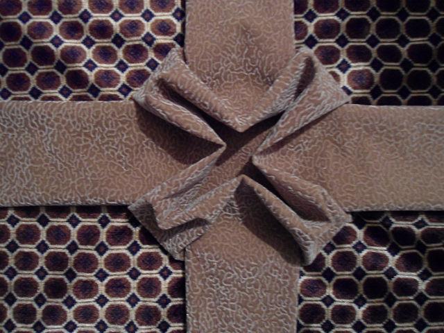 Фото 11. Соединяем внутренние уголки банта и сверху пришиваем