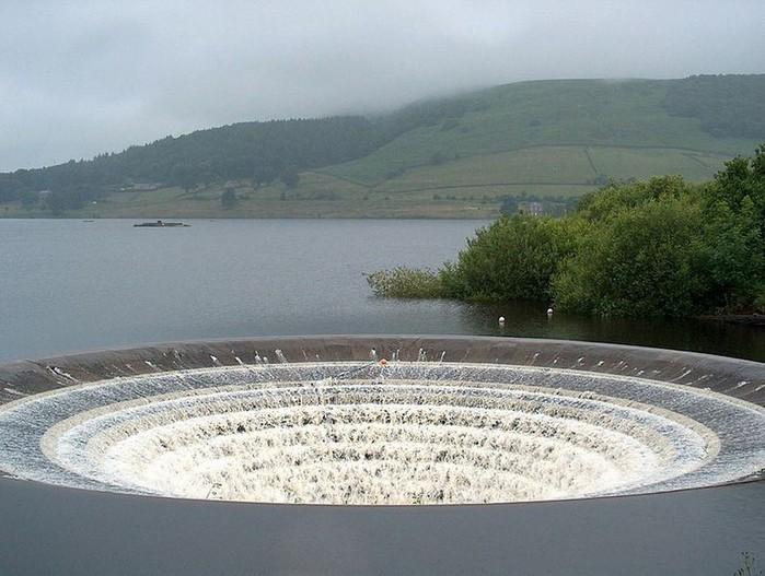 водослив на водохранилище Ледибауэр Англия 2 (700x527, 97Kb)