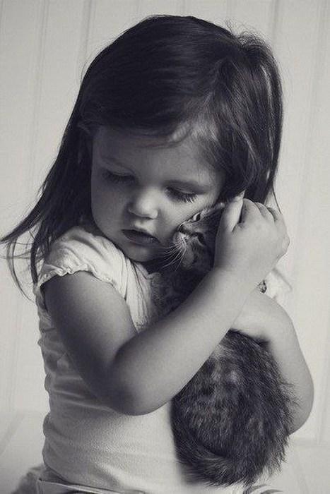 девочка и кошка (467x700, 68Kb)