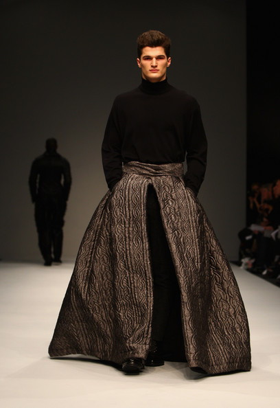 Man%20in%20full%20skirt%20LFW%202010%20MAN%20show (408x594, 51Kb)