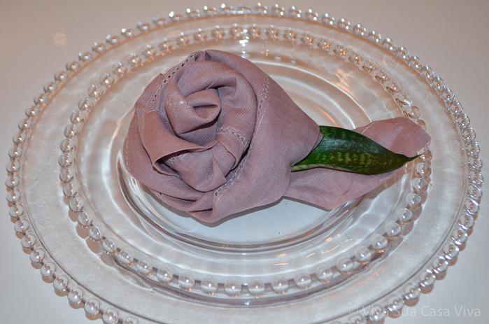 Как сложить розу из льняной салфетки для оригинальной сервировки стола (8) (700x463, 351Kb)