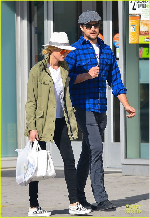 diane-kruger-joshua-jackson-east-village-shopping-couple-01 (484x700, 94Kb)