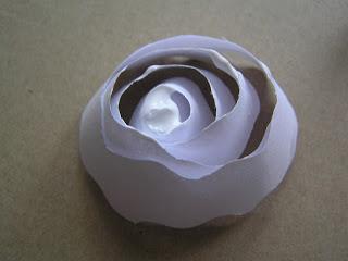 decorar una pantalla de lámpara hecha de rosas de papel (4) (320x240, 14Kb)