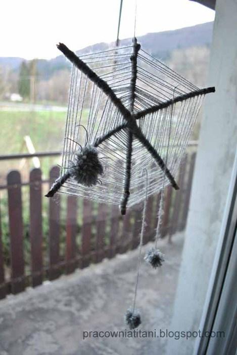 Декоративная паутина из веток с пауками из помпонов (3) (469x700, 68Kb)