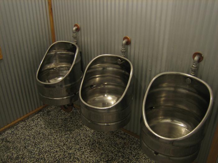 Пивной дизайн туалета.Стареющие пивные кеги продолжают жить, хотя это уже н