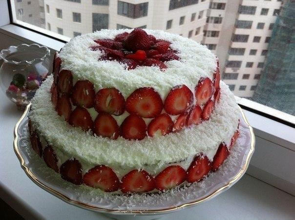Королевский торт с клубникой, бананами и кокосовой стружкой