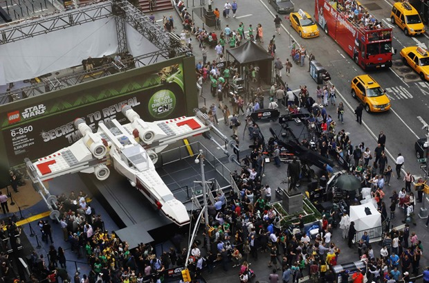 Lego установила в Нью-Йорке модель корабля из «Звездных войн»