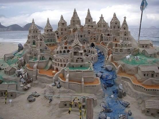 Замок из песка на пляже Копакабана в Рио-де-Жанейро, Бразилия (554x415, 39Kb)