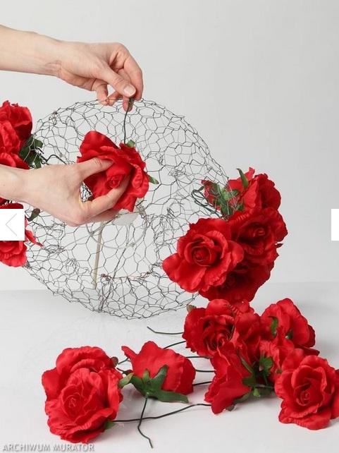 Цветочный абажур из строительной сетки и искусственных цветов (1) (481x642, 103Kb)