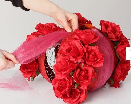 Цветочный абажур из строительной сетки и искусственных цветов (5) (544x434, 75Kb)