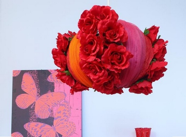 Цветочный абажур из строительной сетки и искусственных цветов (7) (609x448, 73Kb)