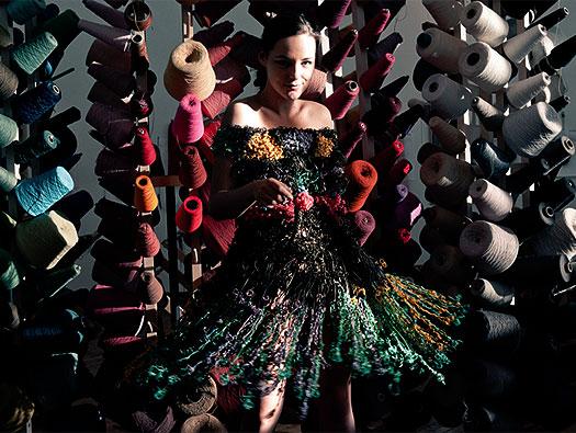 платья из канцелярских резинок маргарита милева (525x395, 81Kb)