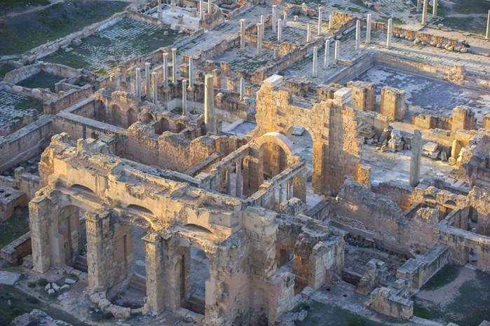 древние руин рима в ливии фото Jason Hawkes 1 (700x465, 126Kb)