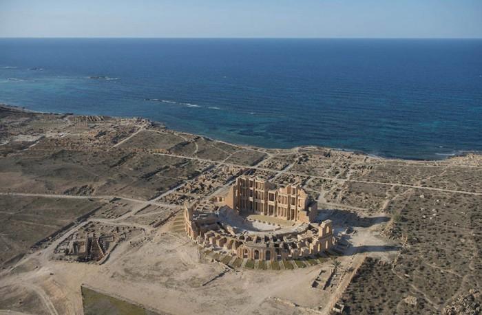 древние руин рима в ливии фото Jason Hawkes 6 (700x458, 90Kb)