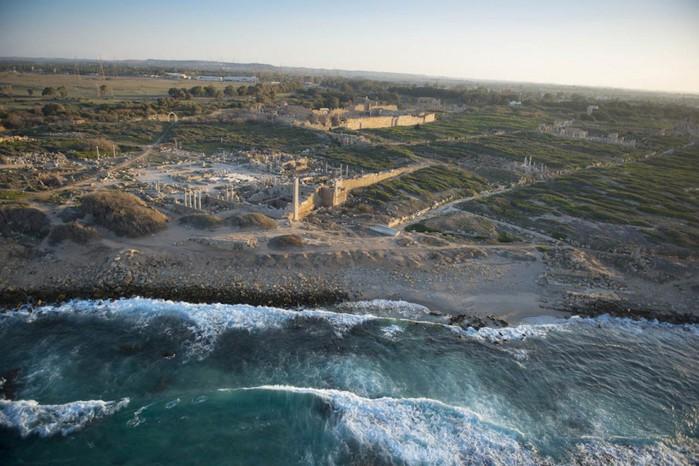 древние руин рима в ливии фото Jason Hawkes 8 (700x466, 100Kb)